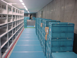 Picture of cardboard boxes and folding containers for the transfer from Tokyo Main Library to the Kansai-kan