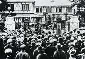 Crowd assembled before the House of Representatives gate, February 5, 1913 (Taisho 2) (Mede Miru Gikai Seiji 100nenshi)